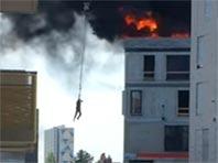 В Дании рабочий чудом спасся с горящей крыши шестиэтажки, зацепившись за тросы крана (ВИДЕО)