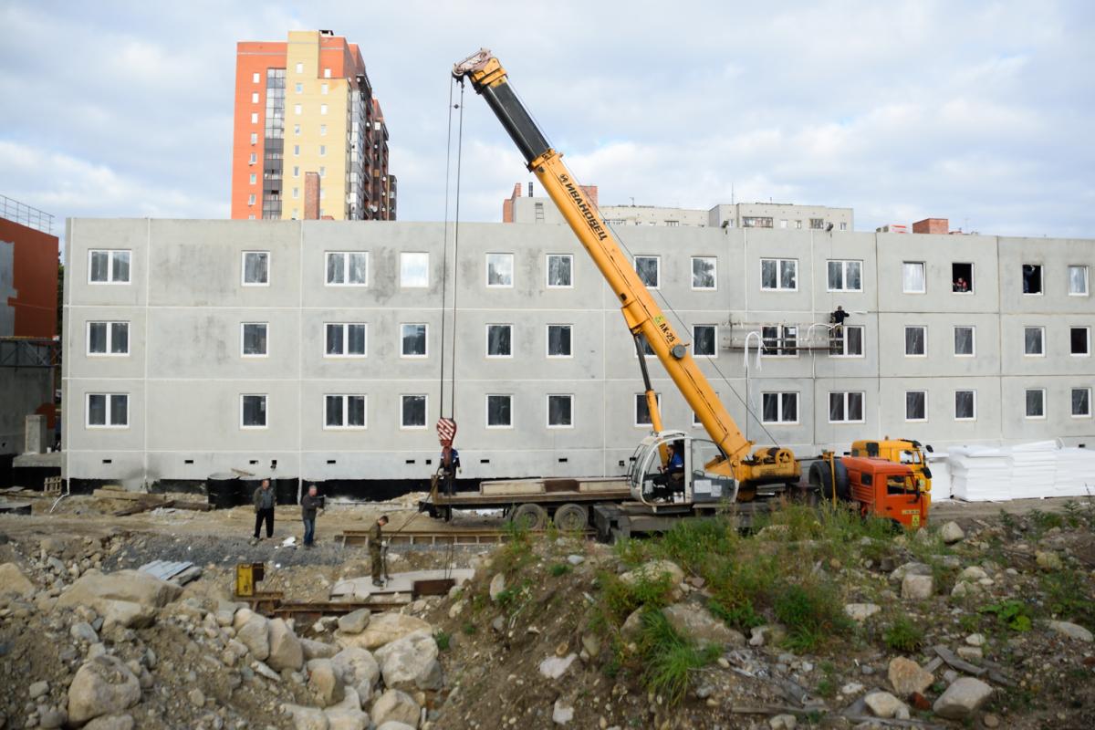 Для переселенцев из аварийного жилья в России построили более 650 домов с дефектами